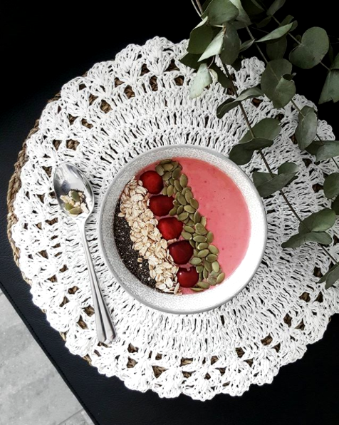 Smoothie bowl raspberry banana